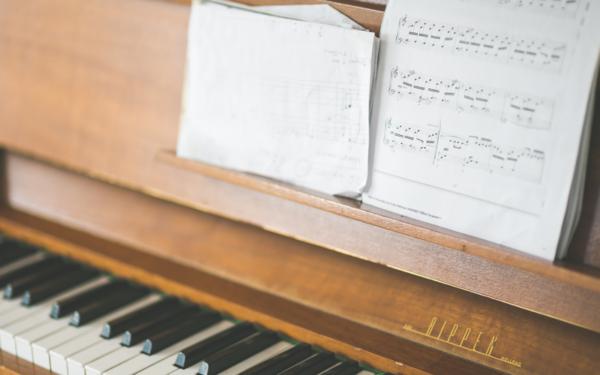 pianoforte con spartito musicale
