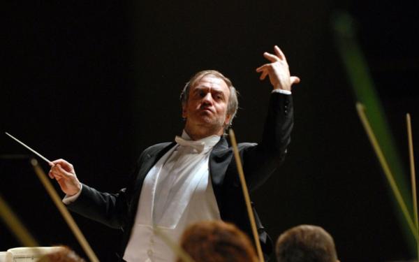 Ivan Fischer mentre dirige l'Orchestra sinfonica di Shanghai