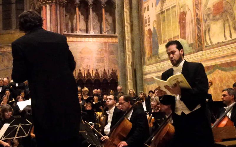 Walter Attanasi dirige orchesta UmbriaMusicFest